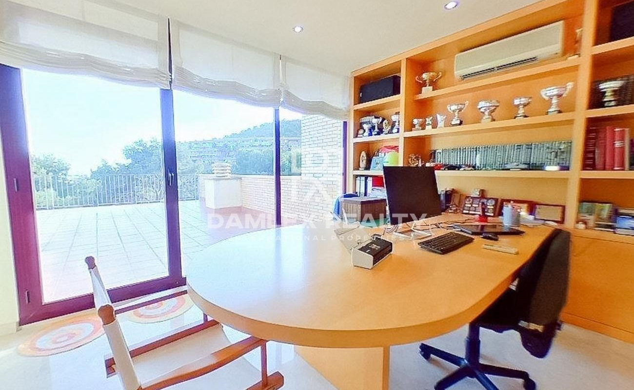 Townhouse on a hill with sea views in Castelldefels