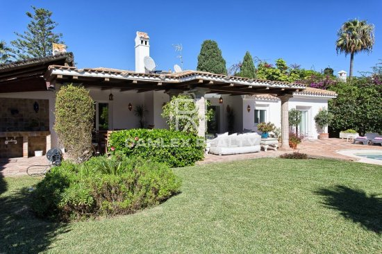 Villa in traditional style located just 200 meters from the beach