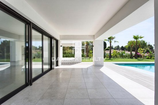 New villa in an elite urbanization in Puerto Banús.