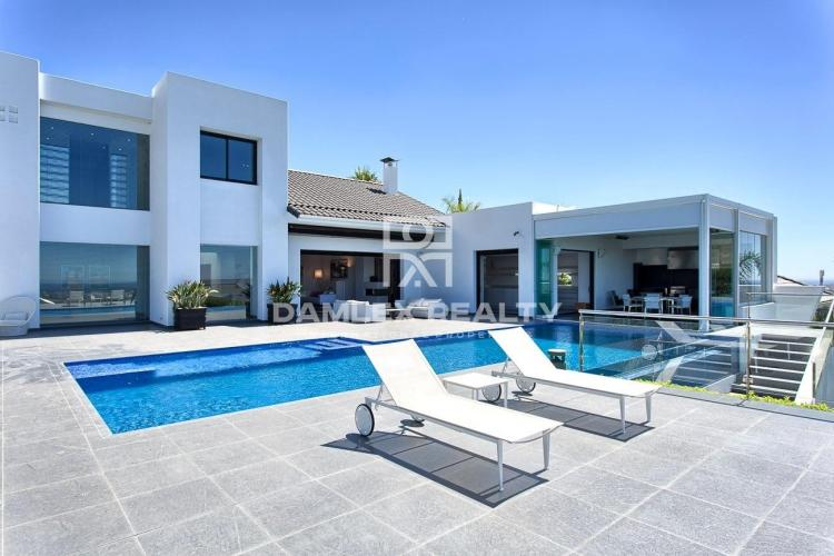 Luxury villa with sea views in Estepona.