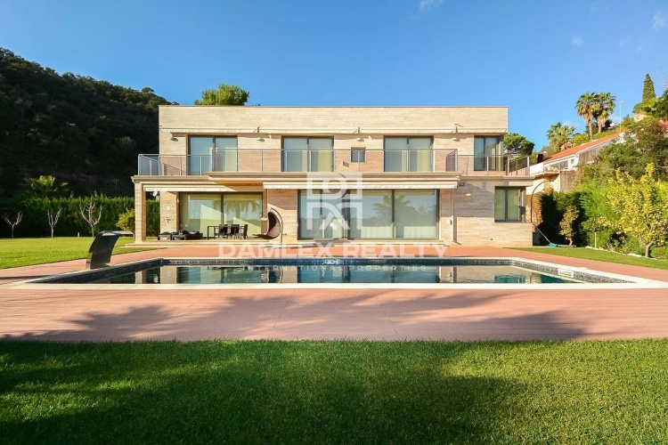 Villa with sea views in an urbanization on the Costa Brava.