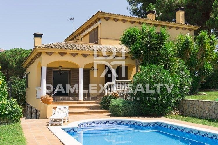 Villa with a beautiful garden and pool in the town of Lloret de Mar