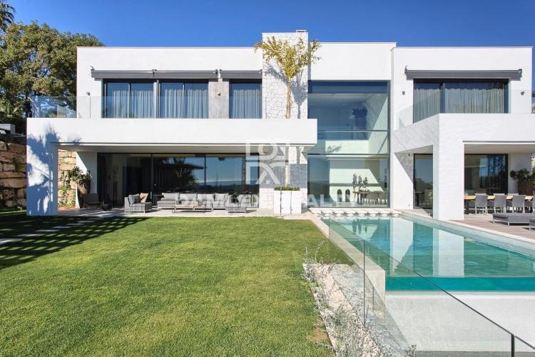 Villa with sea views in an urbanization of Estepona