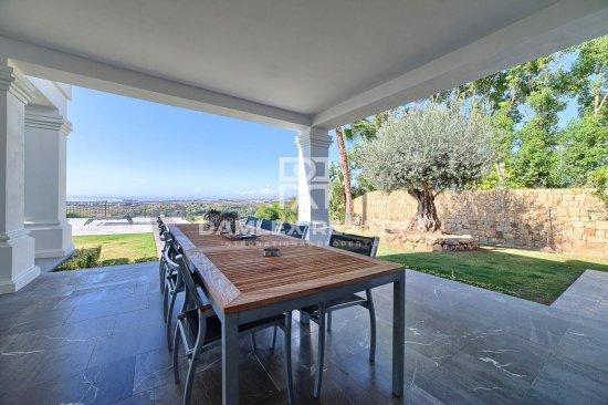 Magnificent villa with sea views in a prestigious urbanization.