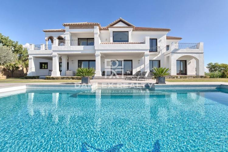 Magnificent villa with sea views in a prestigious urbanization.