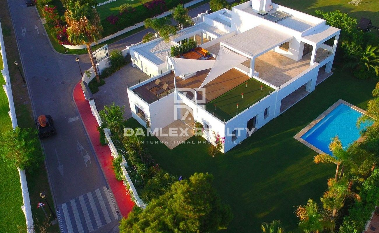 New villa on the second line of the sea