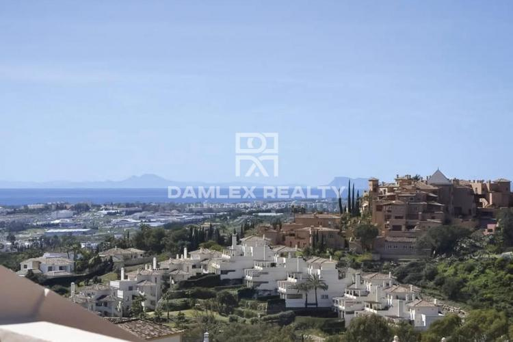 Duplex penthouse in Nueva Andalucia with impeccable interior and sea views