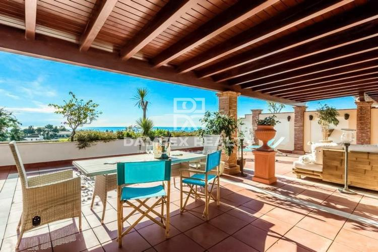 Penthouse of 107 m2 + terrace of 98 m2, in an exclusive urbanization of Marbella with an elegant view to the sea