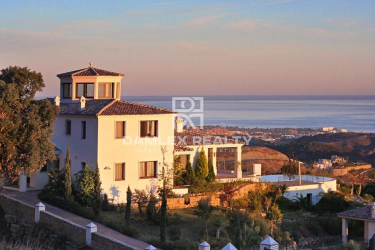 Villa with a panoramic view of the sea and the mountains in a quiet place