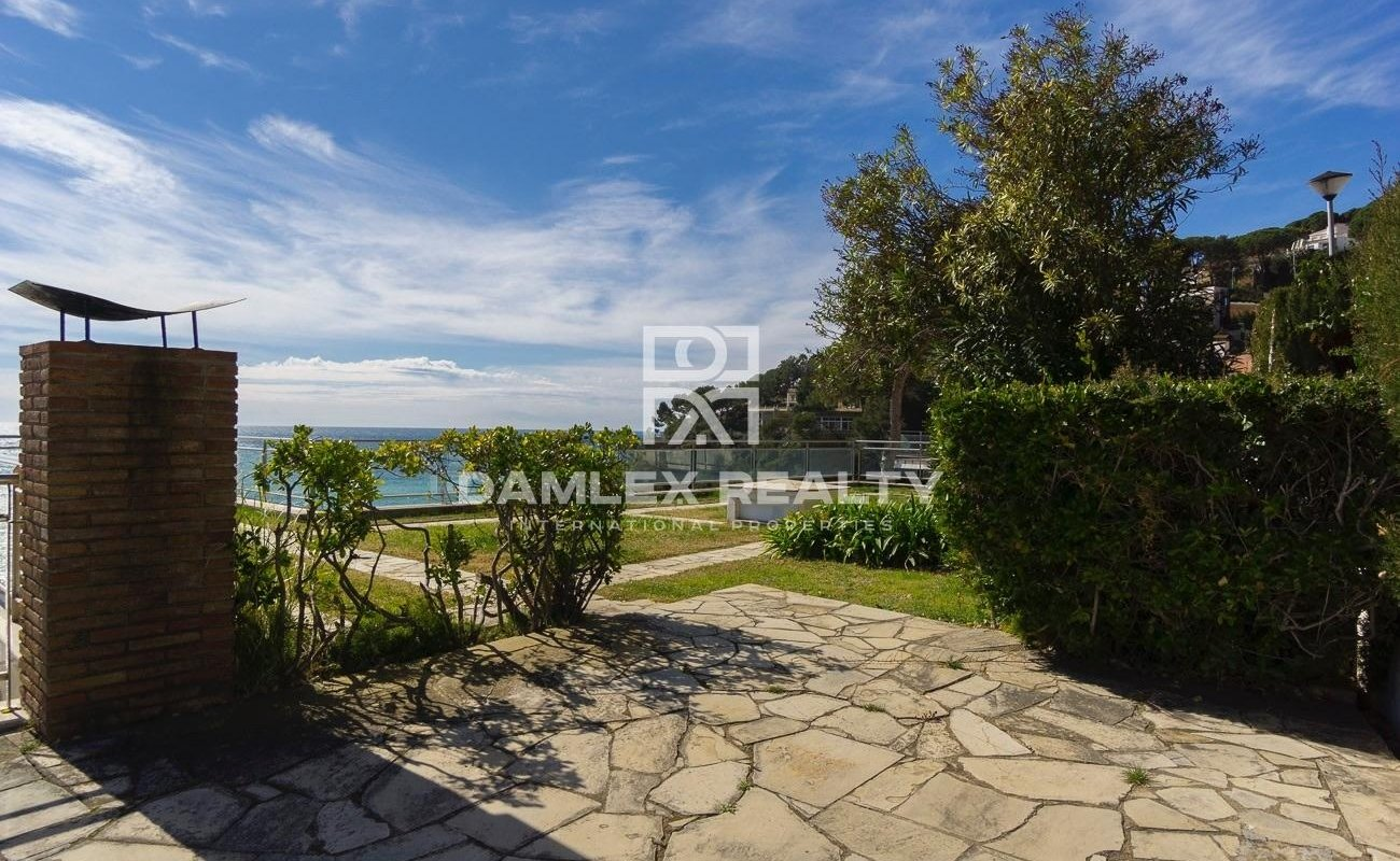 Villa on the first line of the sea with a frontal view of the sea