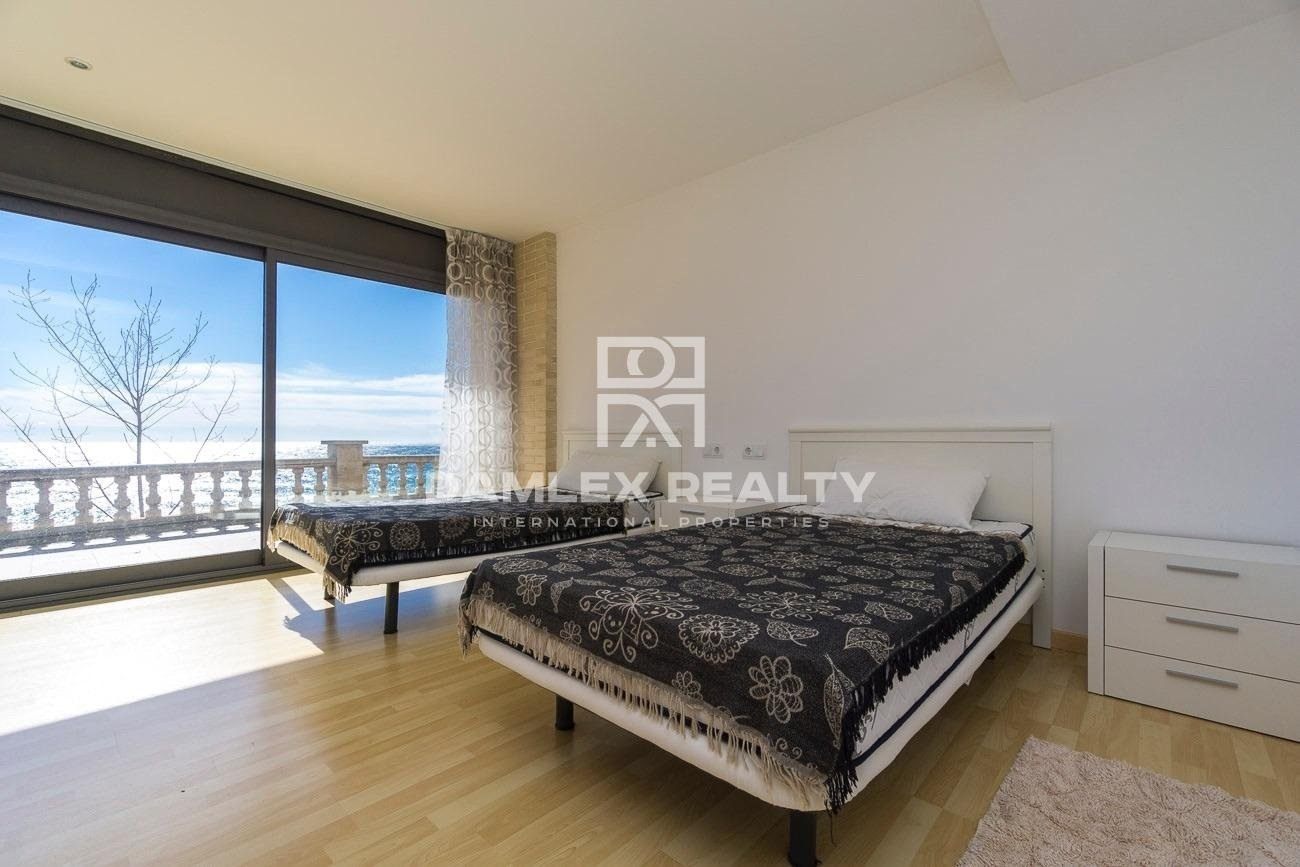 Villa with sea views and direct access to the beach