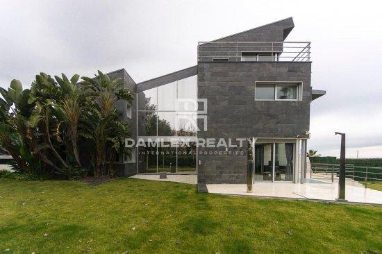 Villa with direct access to the beach in Gava Mar
