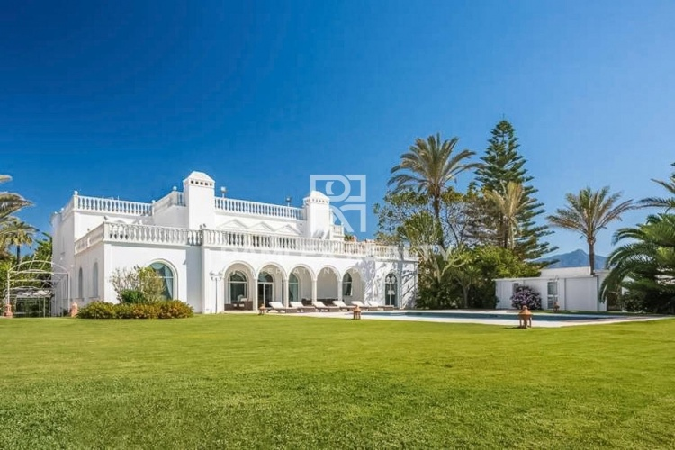 Stunning villa with sea views and direct access to the beach