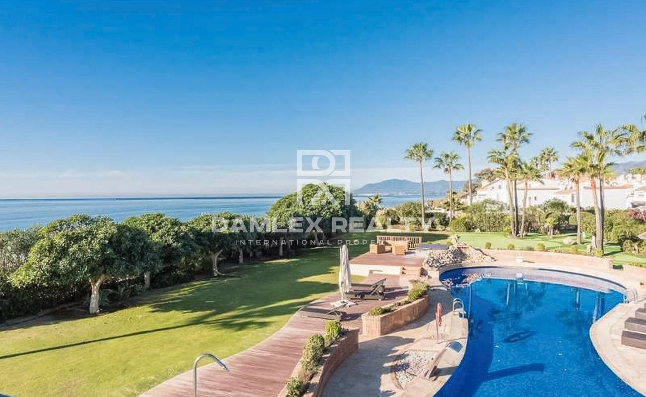 Exclusive villa with its own golf course on the first line of the sea