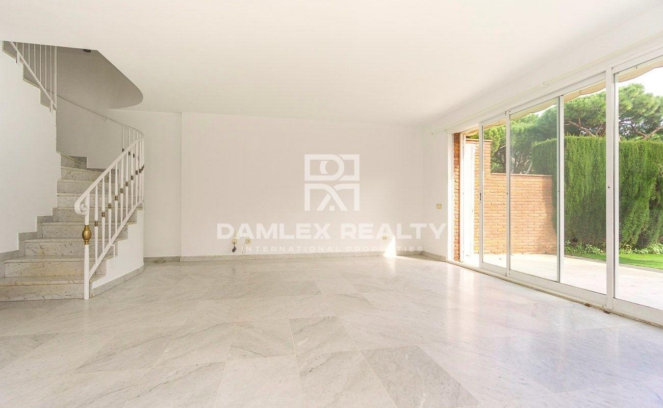 Corner townhouse with large lot in the city of Gava Mar