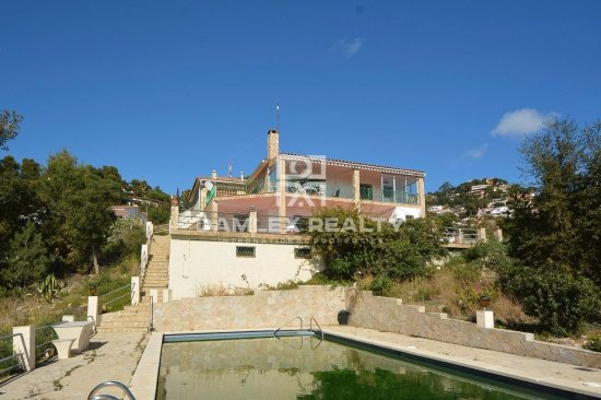 House with sea views and a large plot.
