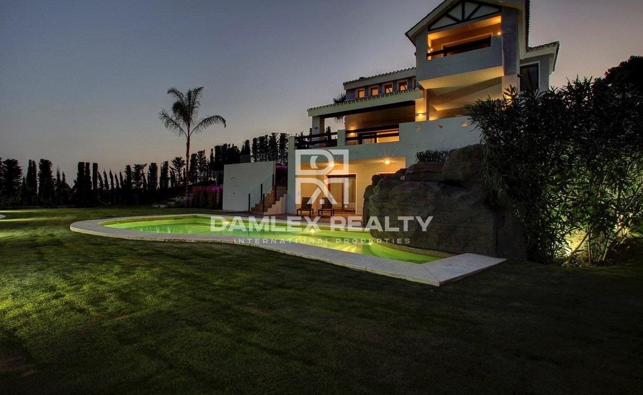 Villa in an urbanization with a golf course in Estepona