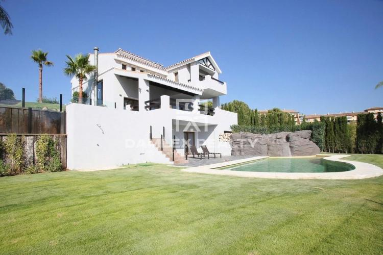 Villa in an urbanization with a golf course in Estepona