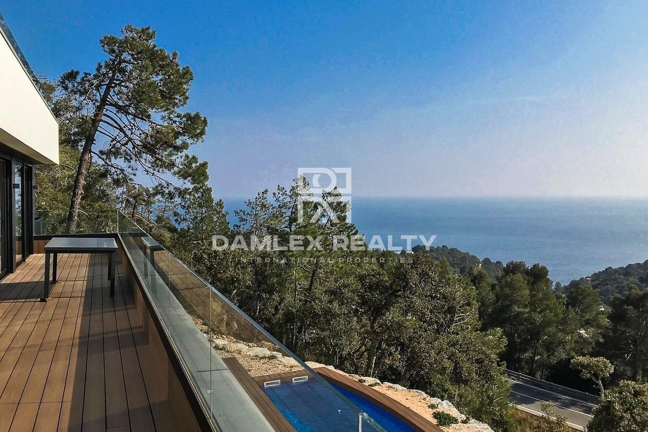 Modern villa with 180° sea view