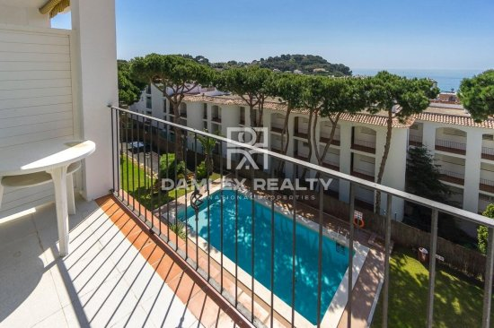 APARTMENT WITH SEA VIEW AND POOL BETWEEN THE CITY CENTER AND FENAL'S BEACH