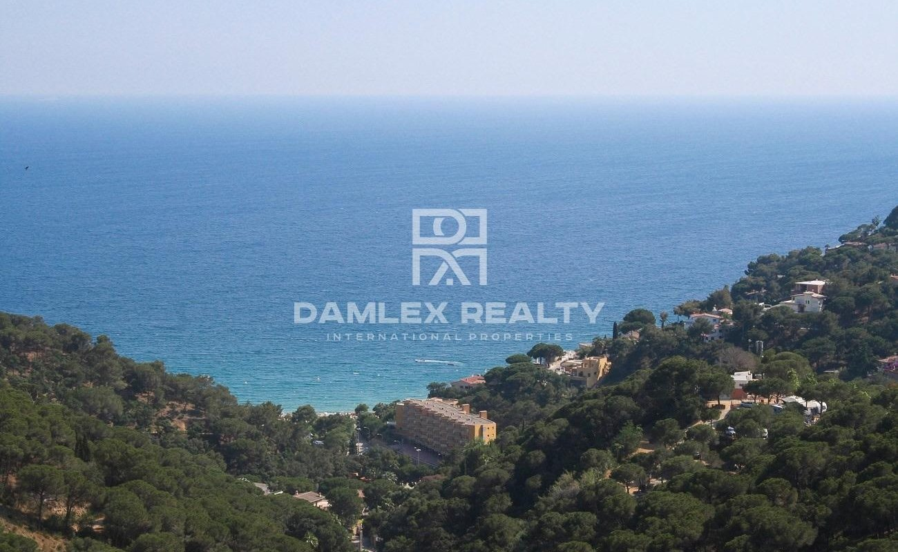 Plot with panoramic views of the sea and the bay of Cala Canyelles