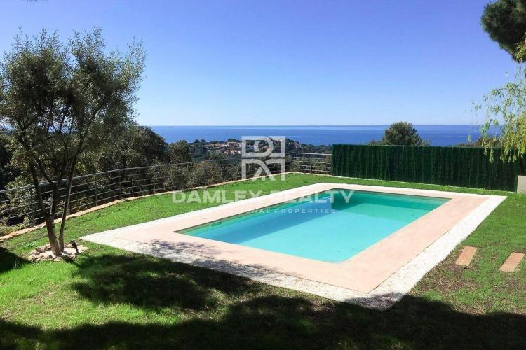 Villa with sea views in Lloret de Mar with tourist license