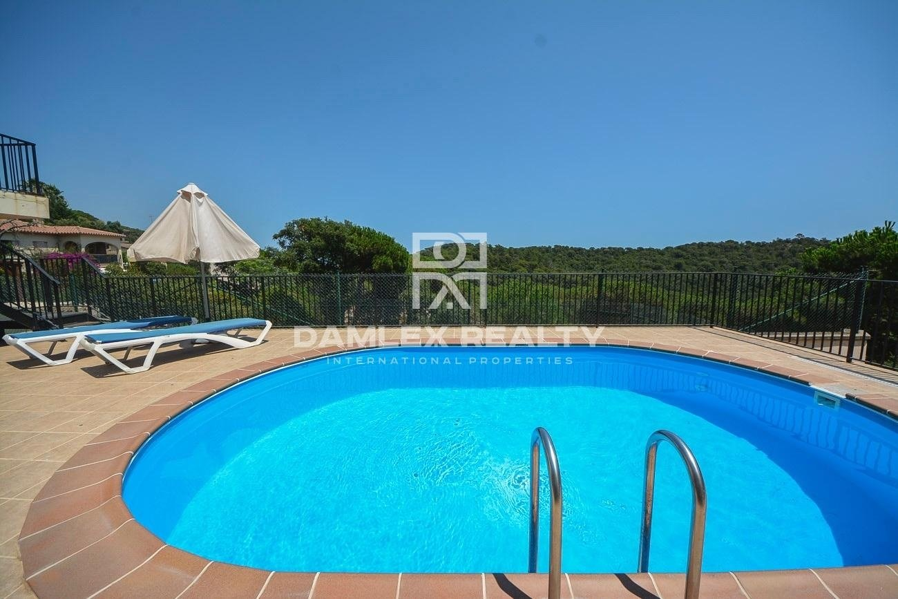 House with swimming pool and tennis court with sea views