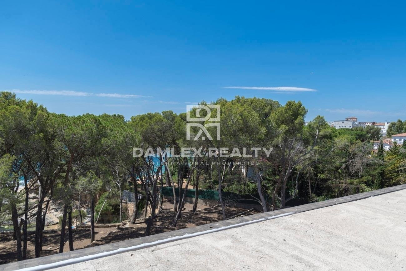 A unique offer! Villa on the first line of the sea with direct access to the beach