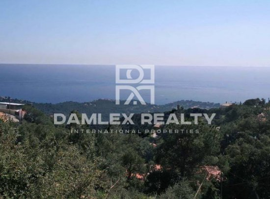 Promising property for sale in Costa Brava. The land with sea views 2km from the beach