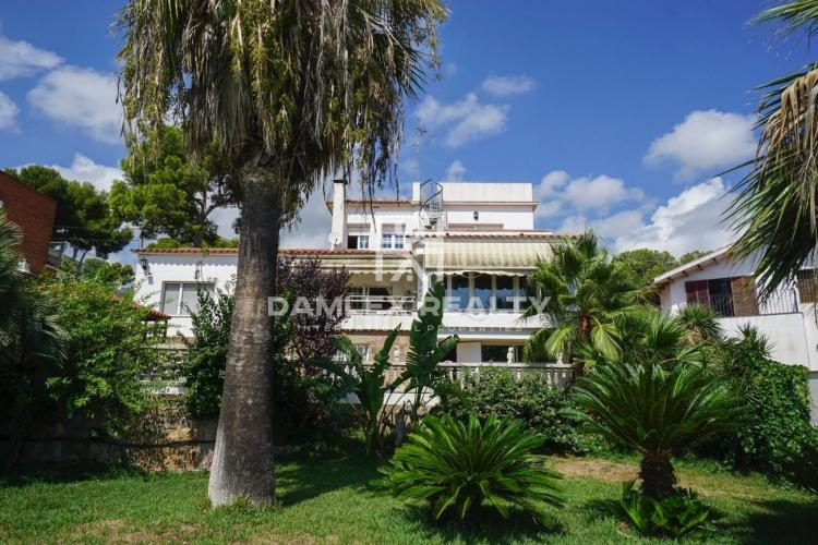 Cozy house with beautiful gardens in Castelldefels