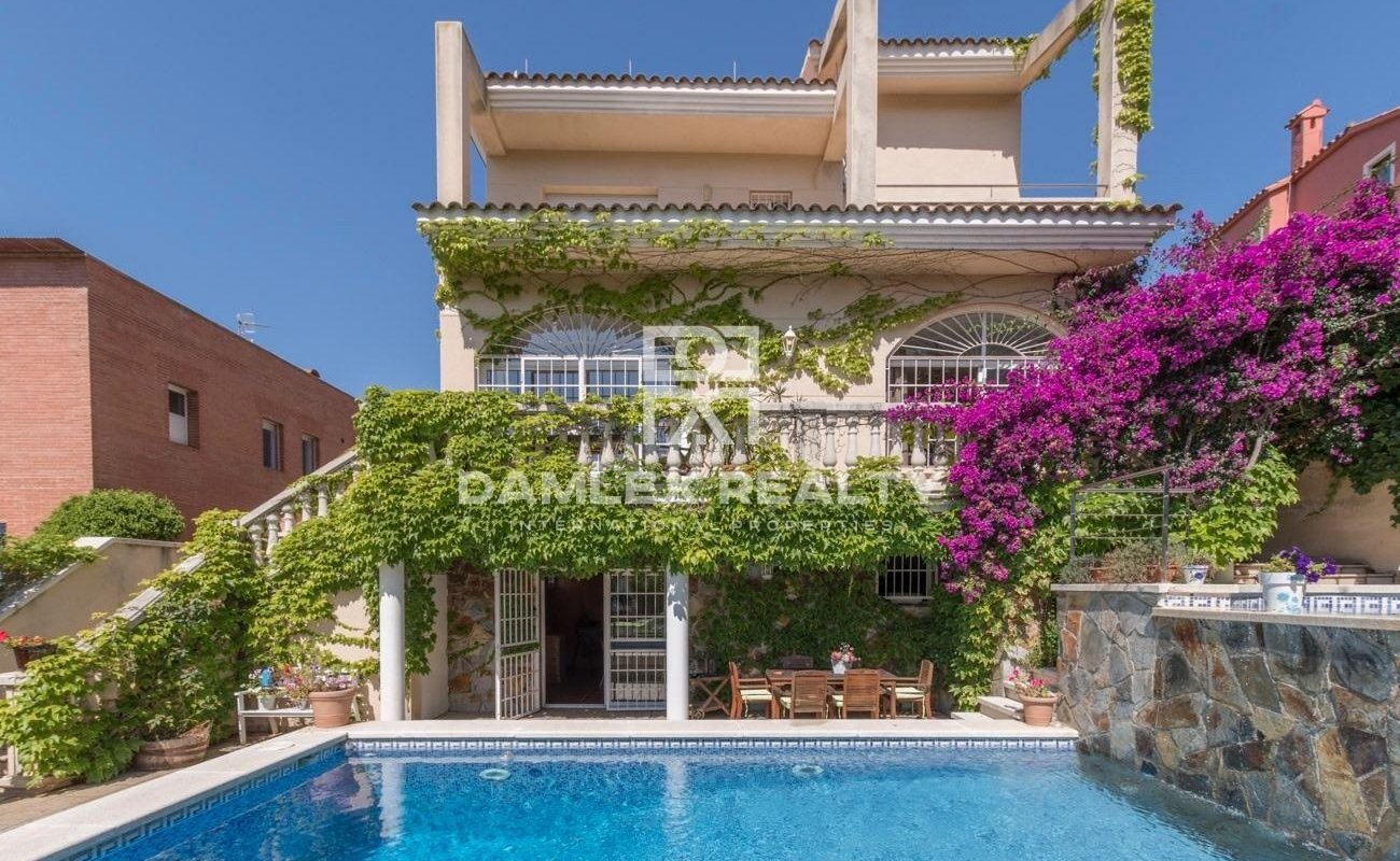 Villa with a beautiful garden in Sitges