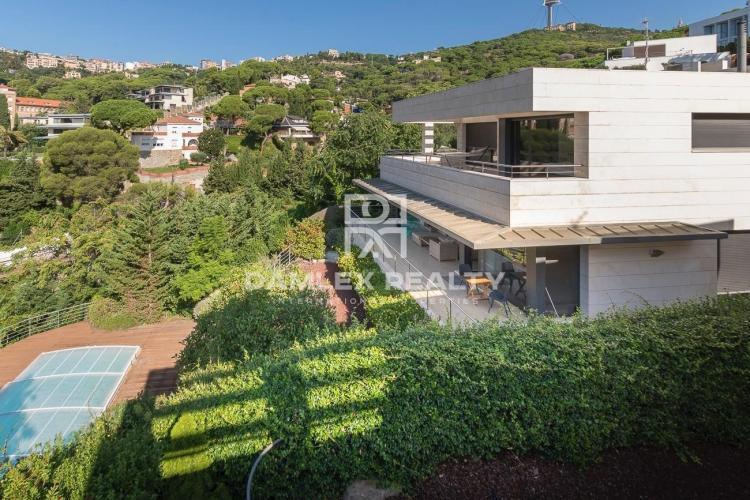Complex of 3 villas for sale in a prestigious district of Barcelona.