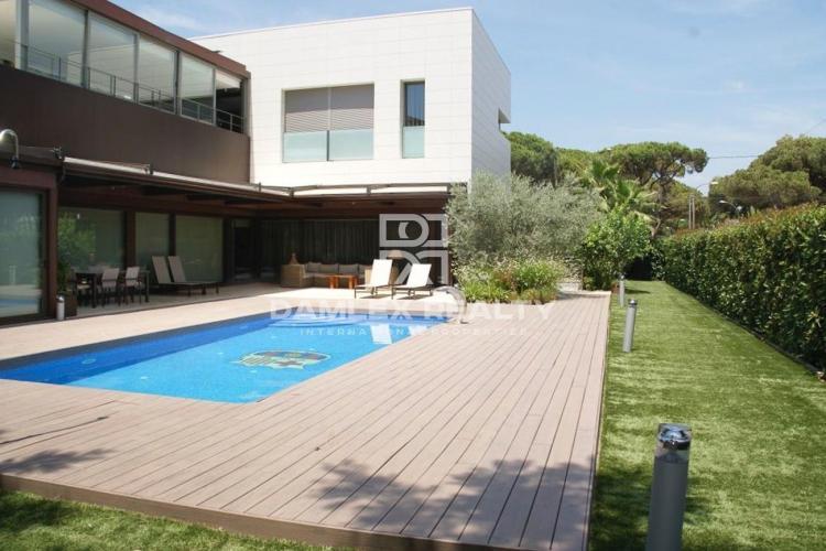 Modern villa near the beach