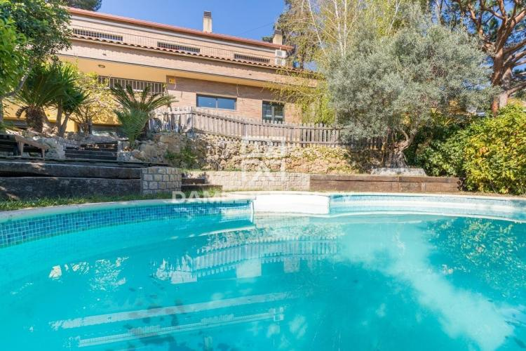 Villa with sea views in the suburbs of Barcelona