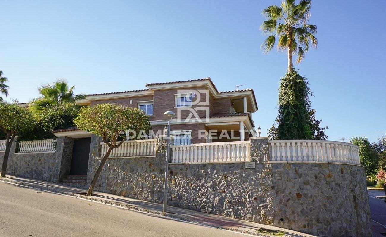 House in Premia de Dalt near the center