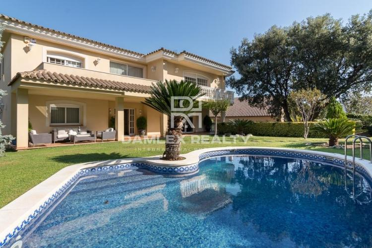 Beautiful villa with sea and mountain views in Cabrils.
