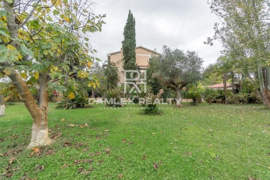House with the big garden next to the British School of Gava