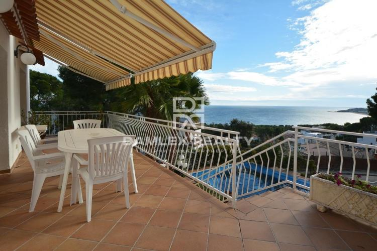 House close to the city center with incredible sea views