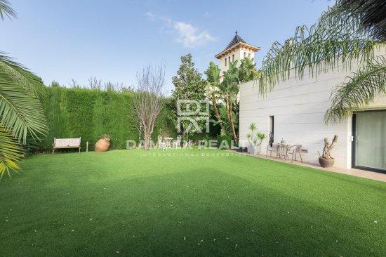 Villa in a prestigious urbanization near the beach. Sant Vicenç de Montalt.