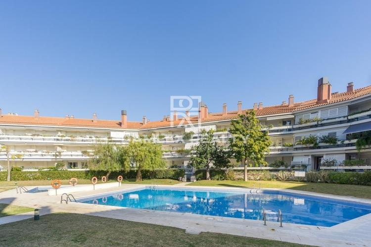 Great apartment in sitges in a complex facing the sea