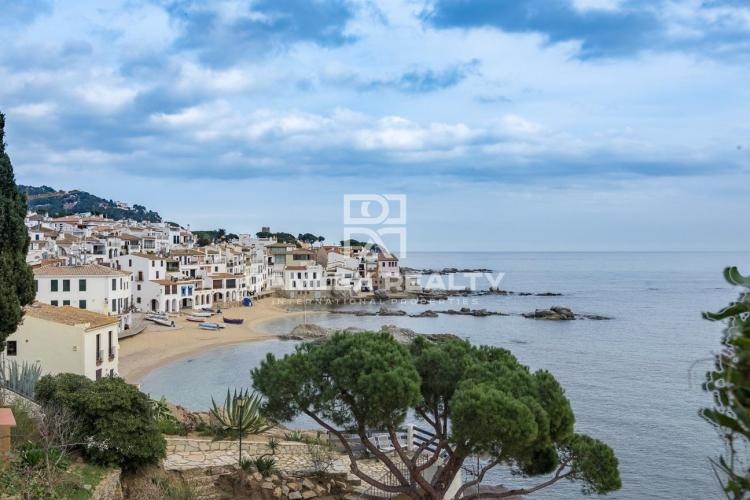 House on the beach with stunning sea views in Calella de Palafrugell