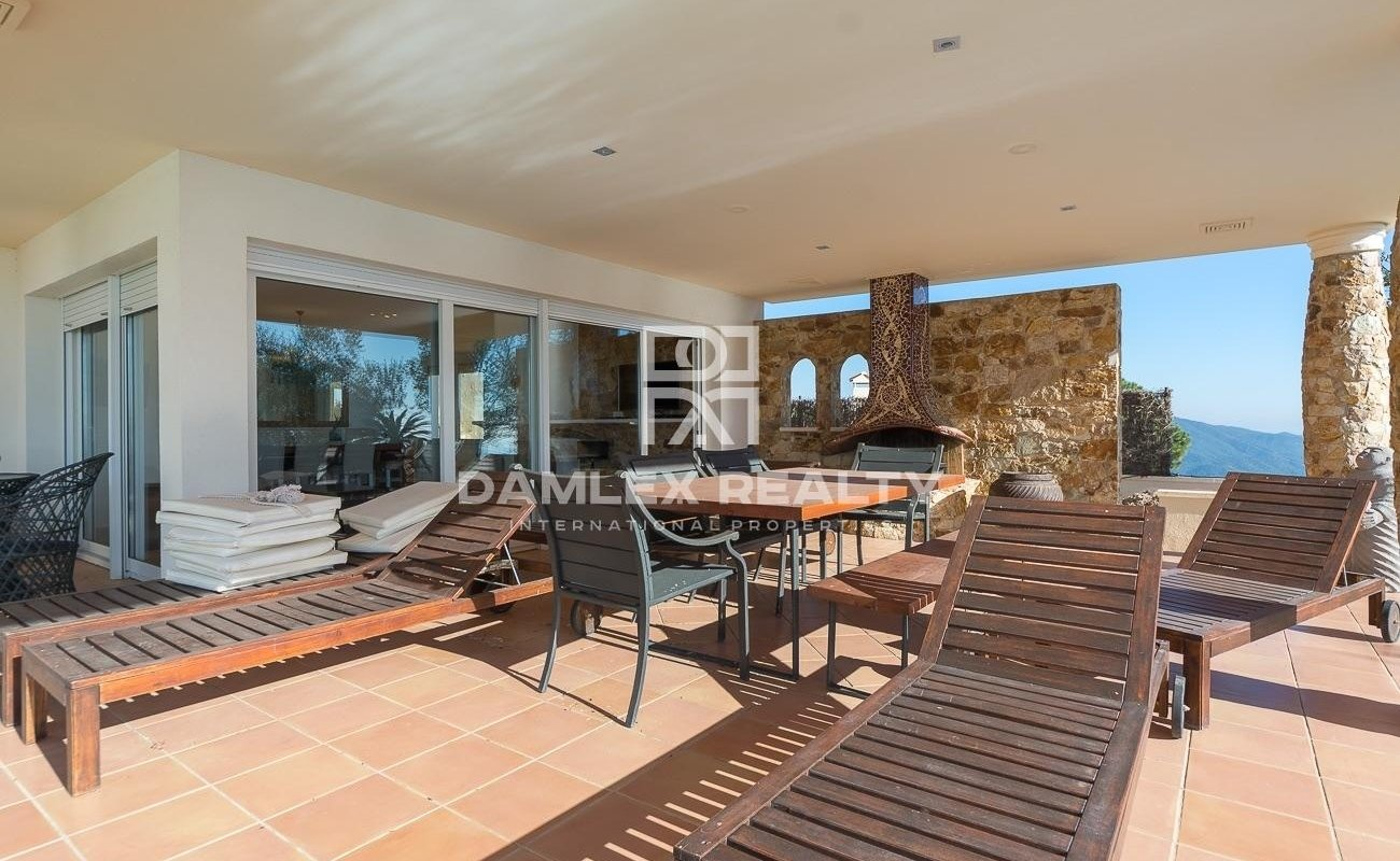 Recent single-storey villa with sea view and touristic license