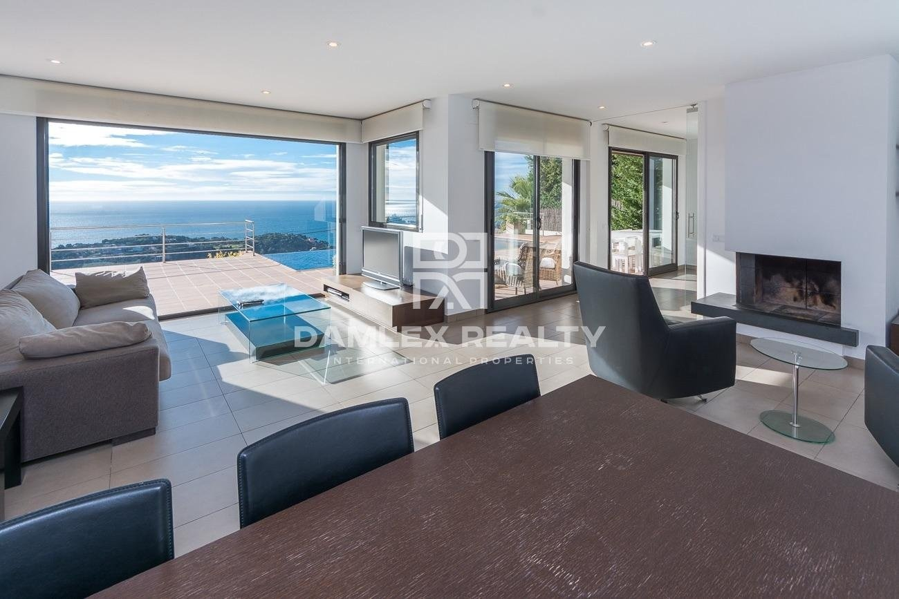 Luxurious contemporary villa with panoramic sea view