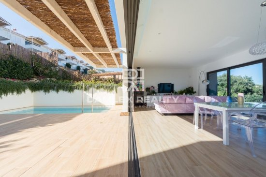 Villa with a minimalist design and a majestic view over the bay of Palamos