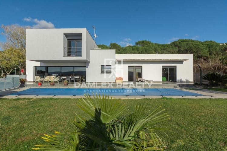 Splendid contemporary sunny villa in a peaceful environment