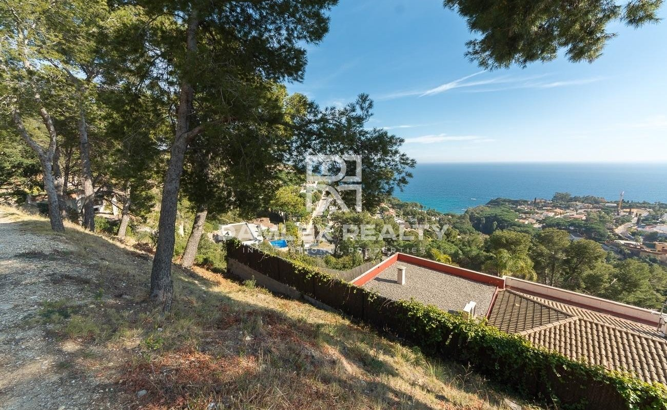 Plot with exclusive location and panoramic sea view