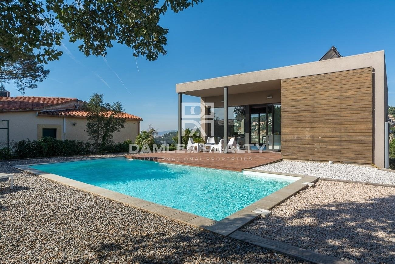 Contemporary, bioclimatic and intimate villa with sea view