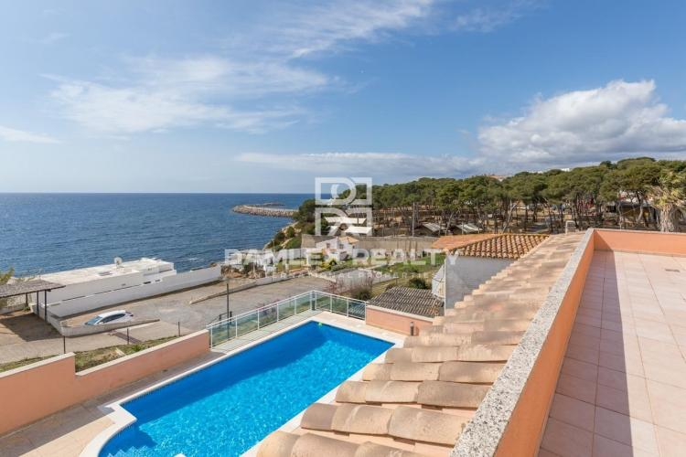 Villa in second line with access to the beach.
