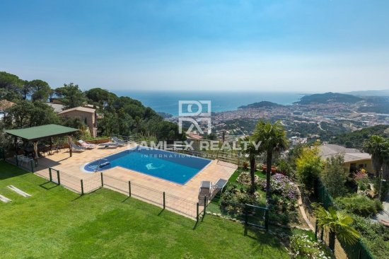 Villa in Lloret de Mar with panoramic sea views.