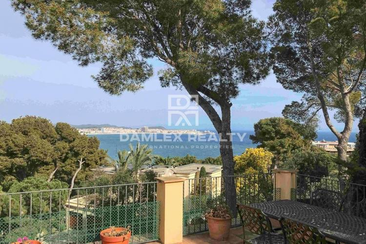 Villa with sea views and close to the beach.